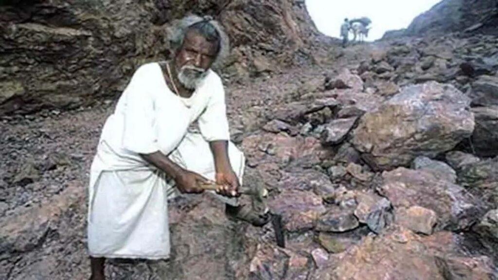 Dashrath Manjhi posing with hammer on his road